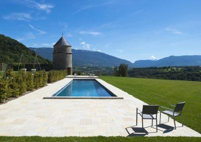 Réalisation de piscine, couloir de nage avec plage en pierre