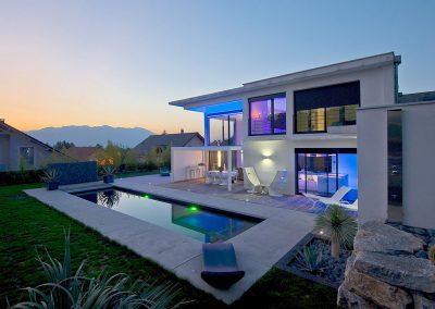 Réalisation de la piscine et de la décoration paysagère dans le respect du style de l'habitat