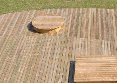 Terrasse de piscine publique en platelage bois (pin) solarium et podium en formes géométriques (carré – cercle)