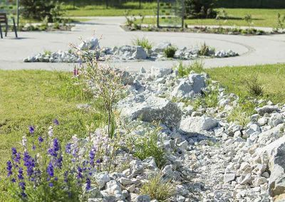 Rivière sèche fleurie, pierre de Grésy
