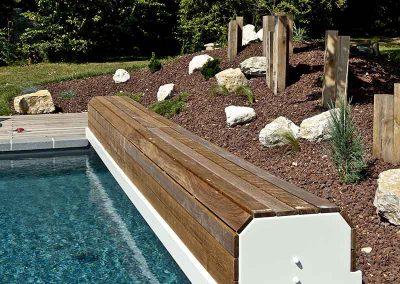 Rideau de piscine hors sol, habillage bois, totems poutre chêne et pouzzolane