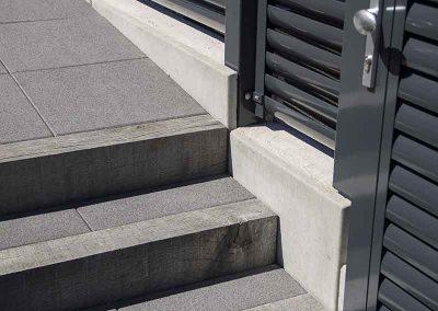 Escalier poutre chêne, dalle en pierre, serrurerie métallique