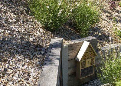 Paillage en écorces de pin (BRF), hôtel à insectes, mur en poutre chêne
