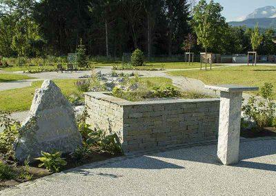Stèle en pierres de Gresy, mur en pierre de Luzerne, pupitre en pierre