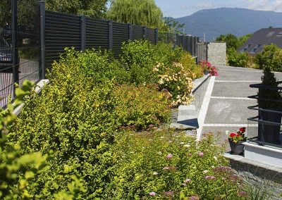 Massif planté, clôture, brise vue